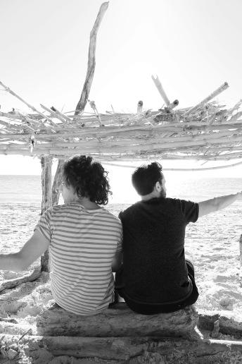 Amici in riva nel capanno 1 BW